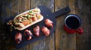 Закуска из мини-сосисок, чернослива и бекона