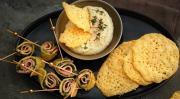 Закуска на палочках из сыра с ветчиной и шпинатом
